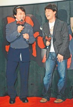 成龙(左)来台出席《新宿事件》首映,好友周华健意外现身,让大哥惊喜不已。