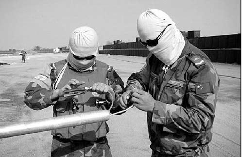 日常作业时,官兵将自己裹得严严实实,以防风沙和毒虫
