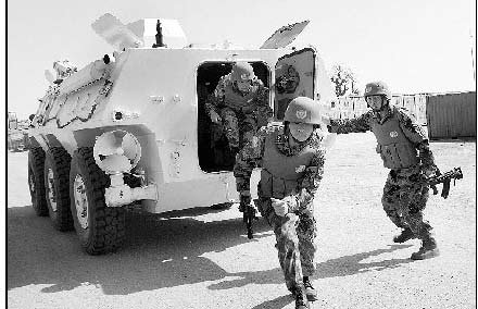 中国维和官兵乘坐装甲车快速突击