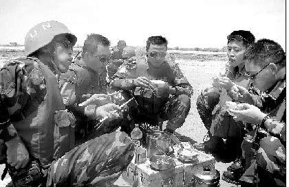 工作间隙,官兵们围坐在一起就餐