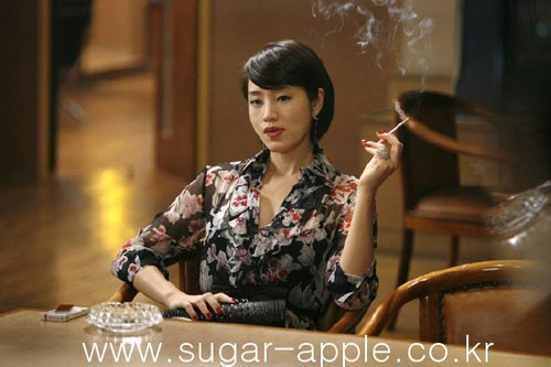 金惠秀在电影《老千》中的经典扮相