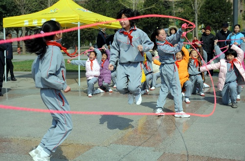 图文:济南小学生喜迎倒计时200天 跳绳表演图片