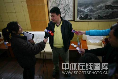 图文:蔡斌在秦皇岛考察队员 媒体追逐蔡斌教练