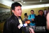 图文:蔡斌在秦皇岛考察队员 蔡斌接受媒体采访