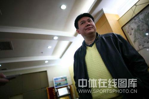 图文:蔡斌在秦皇岛考察队员 蔡斌教练面无表情