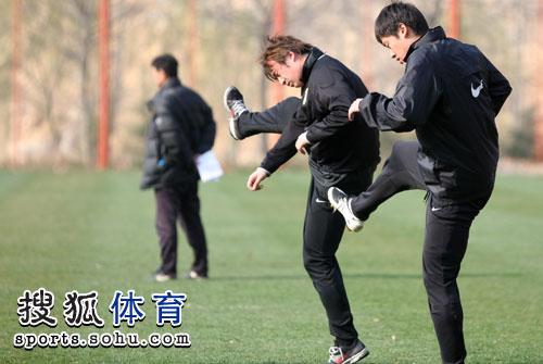 图文:[中超]鲁能赛前训练 王永珀矫哲恢复训练