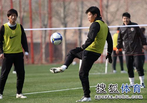 图文:[中超]鲁能赛前训练 玩转网式足球