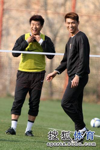 图文:[中超]鲁能赛前训练 韩鹏吕征被逗乐
