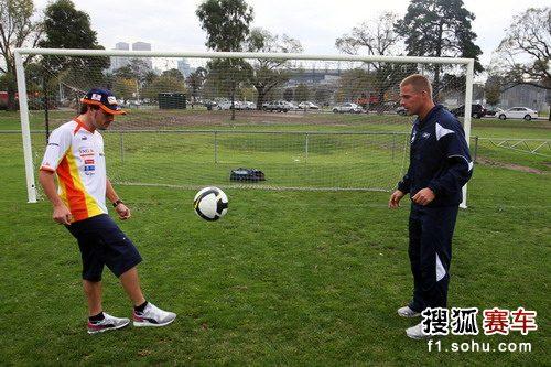 图文:F1车手进行赛前放松 阿隆索练足球
