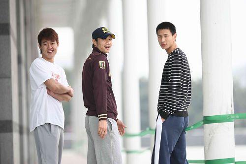 三人组摆出pose