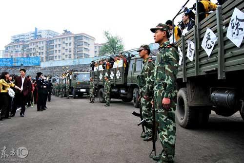 湖南郴州召开公捕公判大会 数万市民观看(组图) - 贺卫方 - 贺卫方的博客