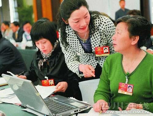 李晓华代表、王明雯代表、崔富华代表(从左至右)在会场交流议案