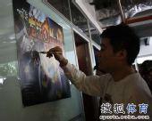 图文:丁俊晖参加动漫发布会 小晖在海报上签名
