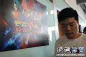 图文:丁俊晖参加动漫发布会 小晖走过动漫海报