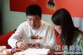 图文:丁俊晖参加动漫发布会 耐心为粉丝签名