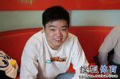 图文:丁俊晖参加动漫发布会 面对镜头露微笑