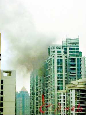 火势沿着外墙爬升,B座从23楼烧到36楼,C座从31楼烧到38楼。记者冯昕摄