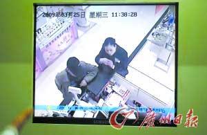 """监控录像中,""""鸭舌帽男""""身高约1.75米,穿土灰色上衣、牛仔裤,斜挎一个黑色背包。"""