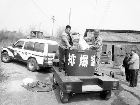 昨日上午,民警开着排爆罐车将爆炸物品运出并进行了销毁