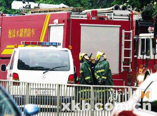火势得到控制后,消防员正在观察外墙的损毁情况。新快报记者 黎湛均/摄