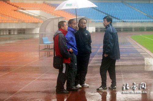 图文:[中超]天津踩场受阻 反复交涉