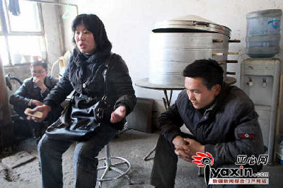 带孩子治病的孩子的叔叔和婶子沉浸在痛苦中。 本网记者 张万德 实习记者 王荣 摄