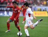 图文:[中超]重庆1-1青岛 姜宁与胡伟拼抢