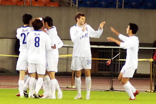 客场作战的天津队庆祝进球