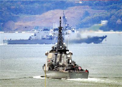 """28日,日本宙斯盾级驱逐舰""""金刚""""号(前)和""""鸟海""""号离开长崎县的佐世保基地驶往日本海。新华社/法新"""