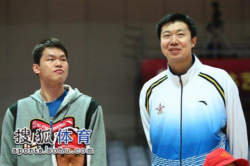 图文:cba全明星正赛赛前活动 王治郅和朱芳雨
