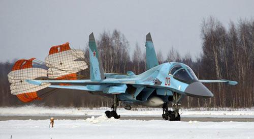 梅德韦杰夫乘座的03号苏-34战斗轰炸机返回地面