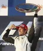 图文:F1澳大利亚大奖赛 巴顿高举冠军奖杯