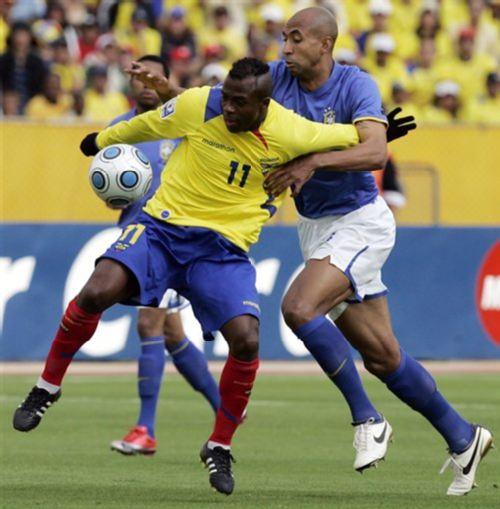 图文:世预赛厄瓜多尔vs巴西 路易松防守