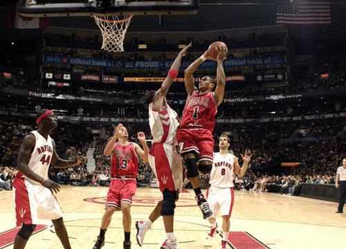 图文:[NBA]公牛加时不敌猛龙 罗斯篮下进攻