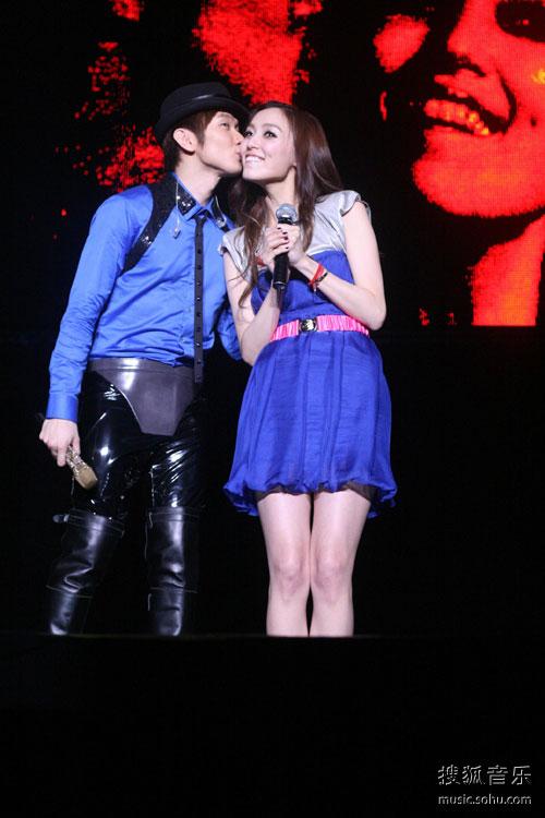 林俊杰亲吻范玮琪