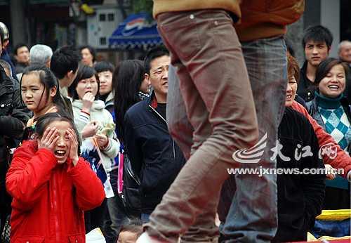 图文:南昌举办接吻大赛 小学女生观看羞红脸