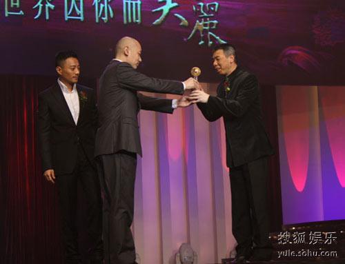 张涵予(左一)、葛优(左二)颁奖冯小刚