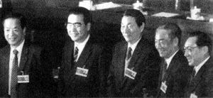 李鹏总理和四位新任副总理在大会主席台上。左起:钱其琛、李鹏、朱镕基、邹家华、李岚清