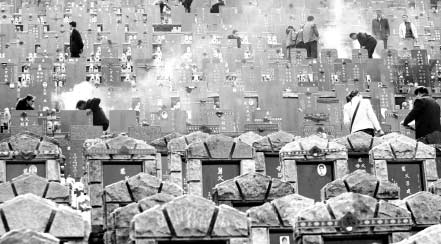 """29日上午,52000人涌向石门峰公墓扫墓。近年来武汉的殡葬费用节节攀升,群众直呼""""死不起""""。长江商报记者"""