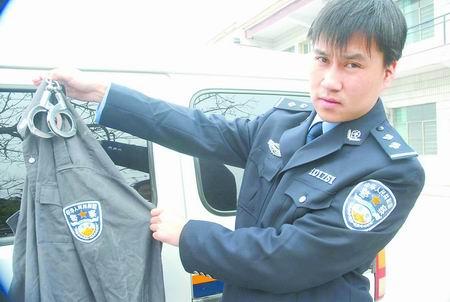 中国公安警服_民警展示下岗保安穿着的假警服; 下岗保安冒充公安局副局长忽悠人