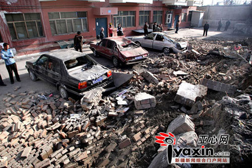 3月30日凌晨,位于立井街8号荆楚小区院内的一堵围墙突然倒塌,停放在围墙下的5辆小轿车被砸坏,所幸没有人员受伤。亚心网记者 张万德 实习记者 王荣 摄