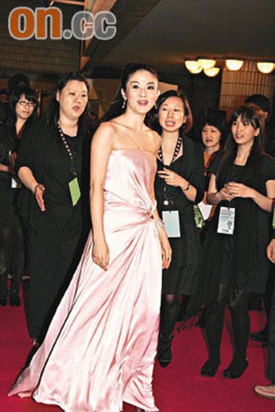 杨采妮悉心打扮,盛装出席首映礼
