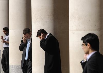 """这些曾被无数人羡艳的捧着""""金饭碗""""的伦敦金融城的金领们,如今也无法预知自己的命运。"""
