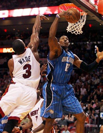 图文:[NBA]魔术险胜热火 韦德欲阻霍华德