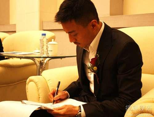 张涵予在北大讲堂签名