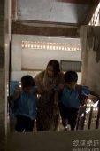 图:《贫民富翁》剧照- 妈妈把兄弟俩送到学校
