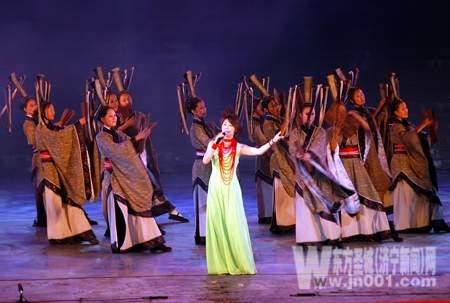 陈俊华在演唱主题歌《千年孔子》