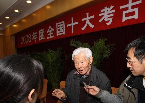 考古学家徐苹芳(中)在回答记者提问。