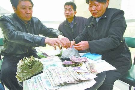 学生家长正清点许昌县将官池镇一中师生的第三次捐款