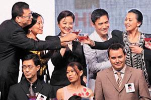 《东邪西毒终极版》演员刘嘉玲(后排右起)、梁朝伟、林青霞昨一同出席首映。